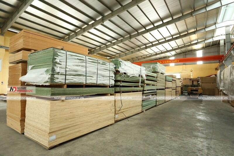 Kho nguyên vật liệu gỗ sản xuất nội thất trường học Hồng Đức